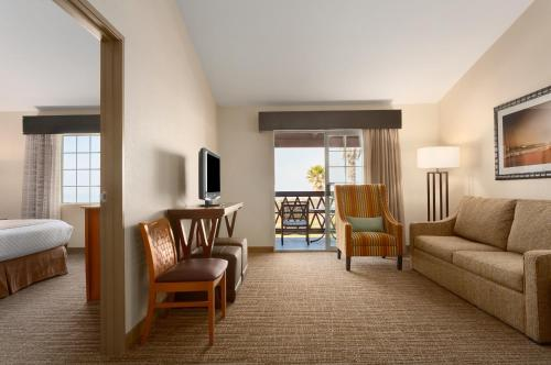Embassy Suites Mandalay Beach - Hotel & Resort Photo