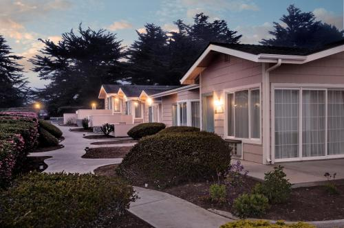 Cambria Landing Inn and Suites Photo