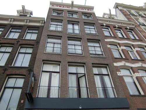 A train hotel amsterdam netherlands overview for Train hotel amsterdam