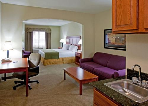 Holiday Inn Express Hotel and Suites Ada Photo