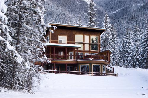 Cedar House Restaurant & Chalets, eco-hotel in Golden, Canada