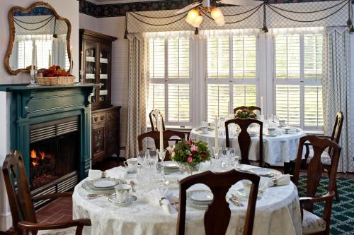 The Oaks Victorian Inn Photo