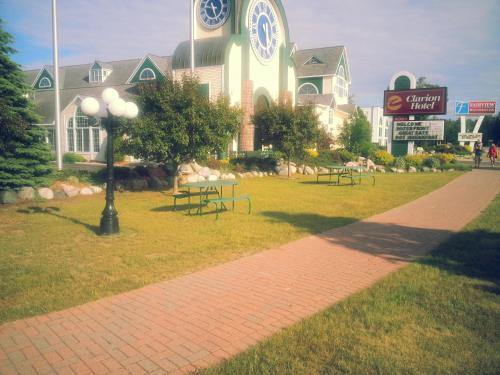Mackinaw City Clarion Hotel Beachfront Photo