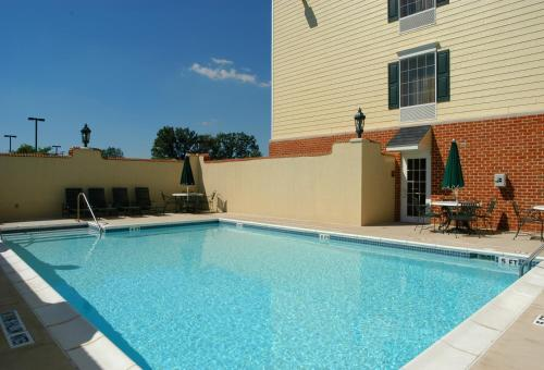 Hampton Inn Suites Williamsburg Square In State College Pa Swimming Pool Outdoor Pool