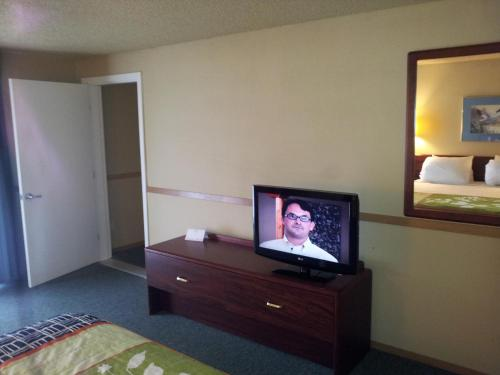 Howard Johnson Inn and Suites Tacoma Photo