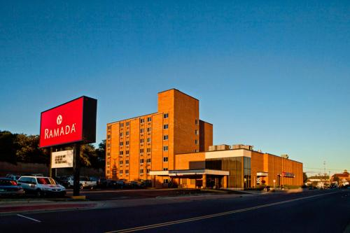 Ramada of Marquette Photo
