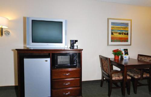 Rodeway Inn and Suites Bakersfield Photo