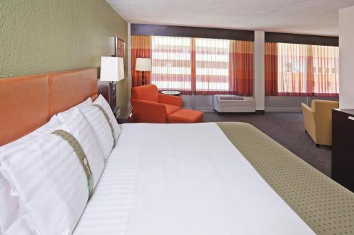 Holiday Inn Tulsa City Center Photo