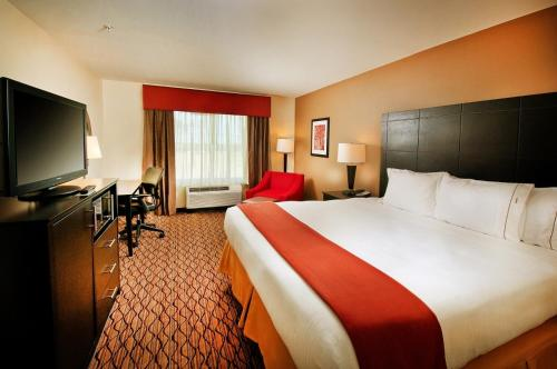 Holiday Inn Express Hotel and Suites Pearsall Photo
