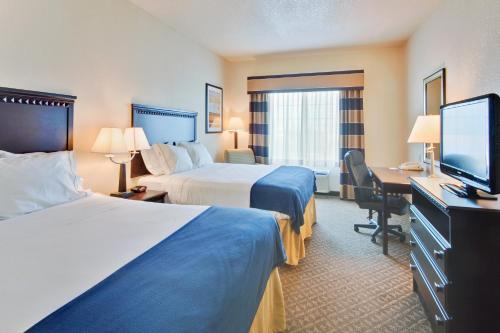 Holiday Inn Express Delano Highway 99 Photo