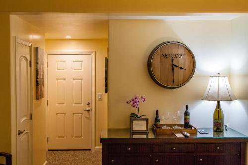 The Vendange Carmel Inn & Suites Photo