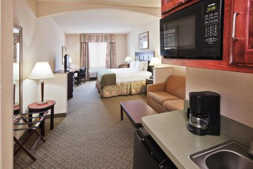 Holiday Inn Express Hotel and Suites Corsicana I-45 Photo