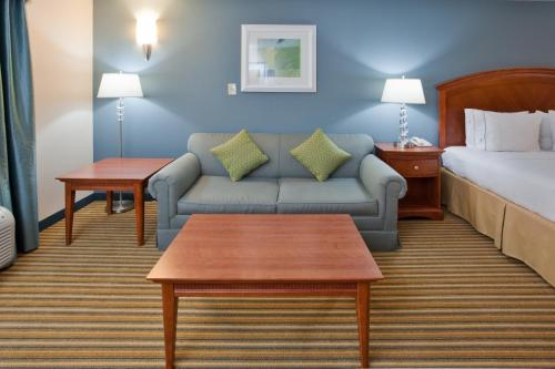 Holiday Inn Express Hotel & Suites Fredericksburg Photo