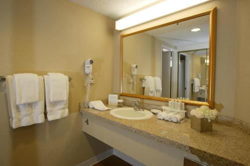 Holiday Inn Express Hotel & Suites Ventura Harbor Photo