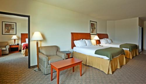 Holiday Inn Express Hotel and Suites Fairfield-North Photo