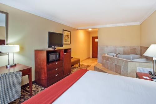 Holiday Inn Express Hotel & Suites Macon-West Photo