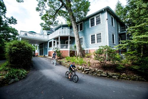 Highland Lake Inn & Resort - Flat Rock Photo