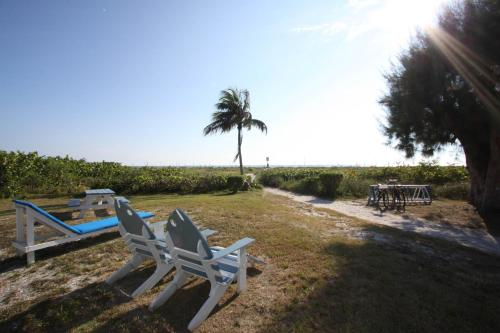 Tropical Winds Beachfront Motel and Cottages Photo