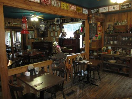 Old Towne Inne Chuckwagon Bar & Grill Photo