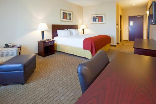 Holiday Inn Express Hotel & Suites Minot South Photo