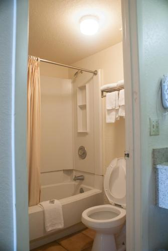 Country Hearth Inn Kissimmee - Kissimmee, FL 34746