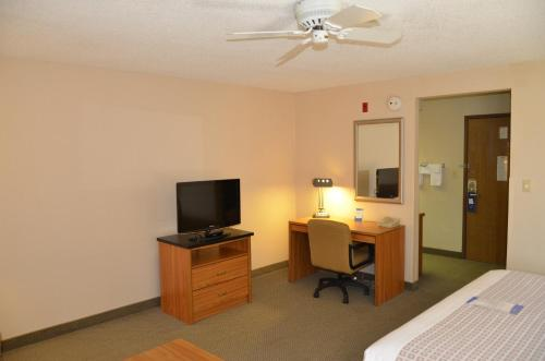 Baymont Inn and Suites Davenport Photo