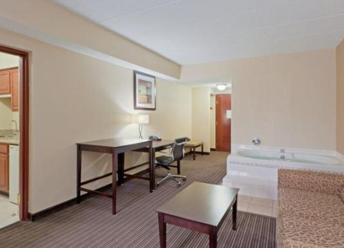 Holiday Inn Express Hotel & Suites Charleston-Southridge Photo