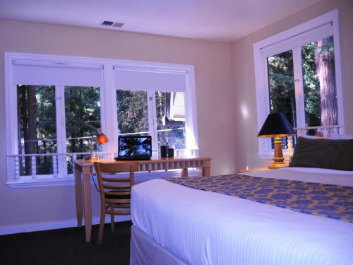 Rio Nido Lodge- Adults Only Bed and Breakfast Photo