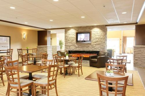 Pomeroy Inn & Suites Vegreville Photo