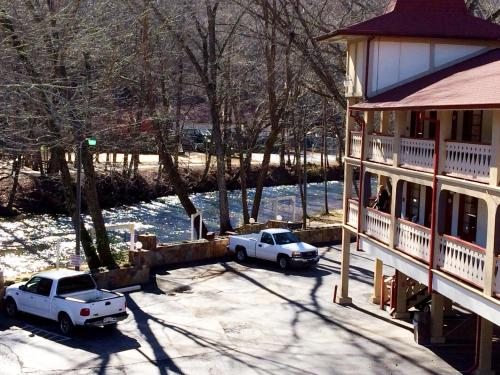 Riverbend Motel & Cabins Photo