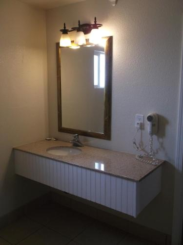 Travel Inn and Suites Photo