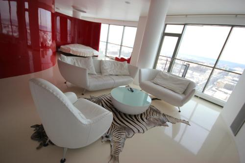 Red & White Helios City Apartment - фото 0