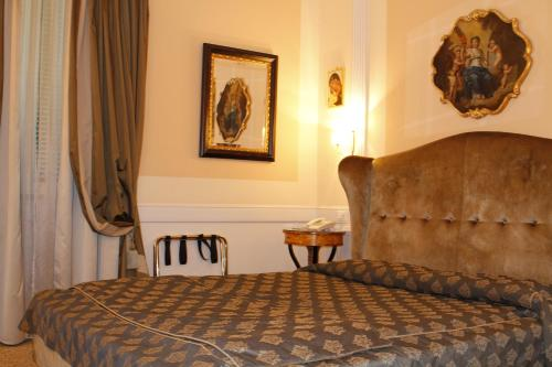 Boutique hotel trevi rome italy overview for Boutique hotel trevi