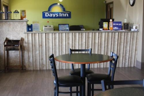 Days Inn Paris Photo