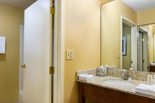 Courtyard by Marriott Boston Westborough Photo