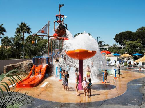 Howard Johnson Anaheim Hotel and Water Playground Photo