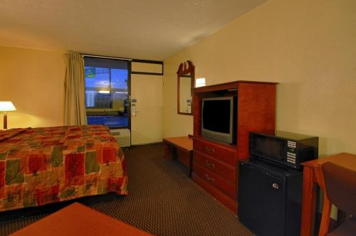 Super 6 Inn & Suites Pensacola Photo