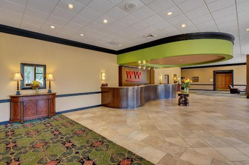 Whispering Woods Hotel & Conference Center Photo