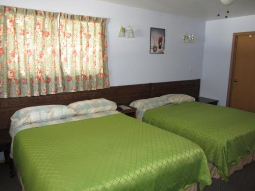 Whispering Pines Motel & Cabins Photo