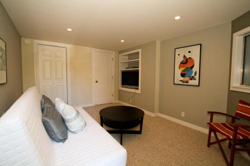 Noe Oasis One-Bedroom Apartment - San Francisco, CA 94114