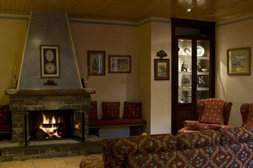 Hotel abetos torla spain overview - Como decorar un salon con chimenea ...