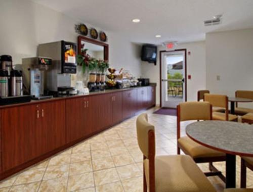 Microtel Inn and Suites Gassaway Photo