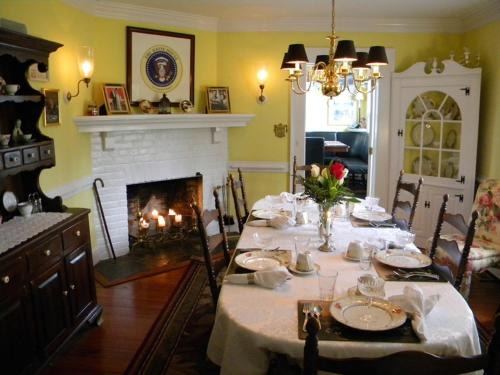 A Williamsburg White House Inn Photo