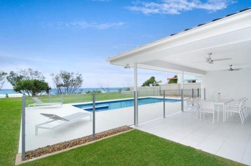 Sentosa on Tugun - Beachfront 5 Bedroom, Керрамбин
