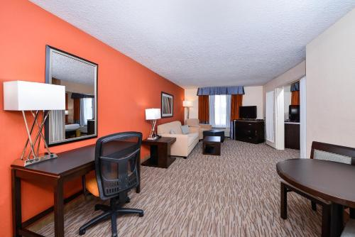 Holiday Inn Express Hotel and Suites Houston Kingwood Photo