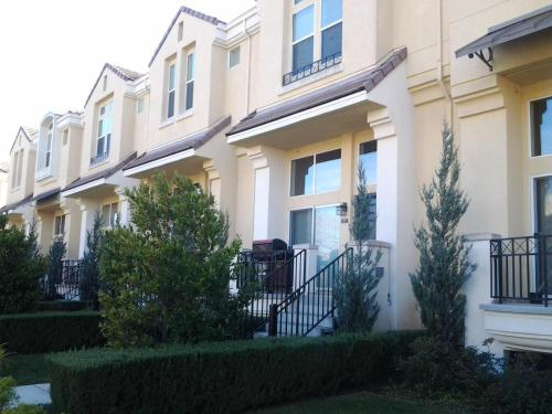 3 Bedroom Townhouse On Stockwell Drive In Mountain View