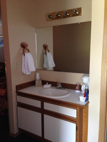 Lakeshore Inn & Suites Photo