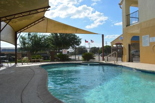 Executive Inn Express & Suites Cuero Photo