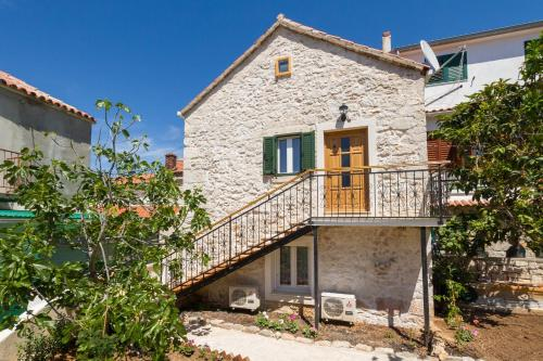 http://www.booking.com/hotel/hr/apartments-vica.html?aid=1728672