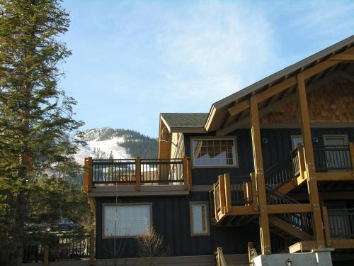 Lush Mountain Accommodations Photo
